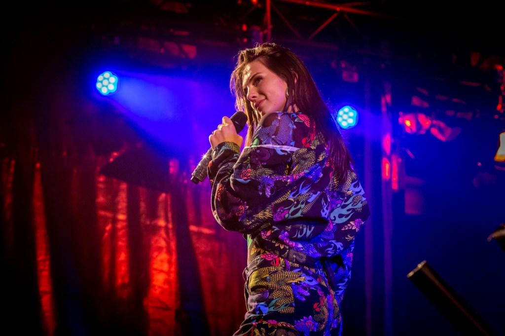 Slotavond zangeres Maan  © Persgroep