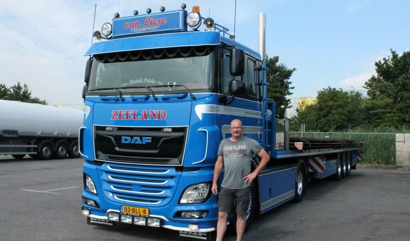 """Marco van Liere over zijn nieuwe vrachtauto: """"Het is het nieuwste type, een DAF Euro 6, automaat en 12 versnellingen."""" FOTO: Leon Janssens"""