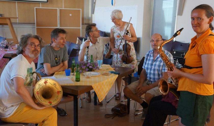 Afgelopen zaterdag vierden de leden van Sonante in Ons Huis het 35 jarig bestaan. Met eten, drinken en gezelligheid aan de tafels, foto's van vroeger, een pubquiz en muziekoptredens door (groepjes) leden.