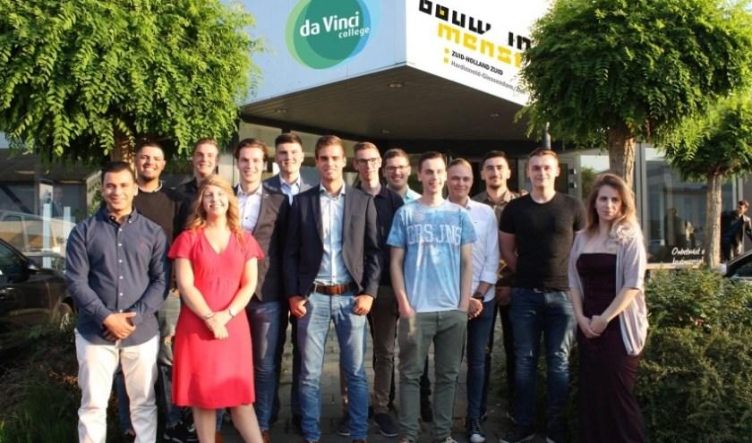 Veertien gediplomeerden uit de klas die in 2015 als eerste met de gecombineerde leerweg Bouw mbo+ begon. (Foto: Privé)