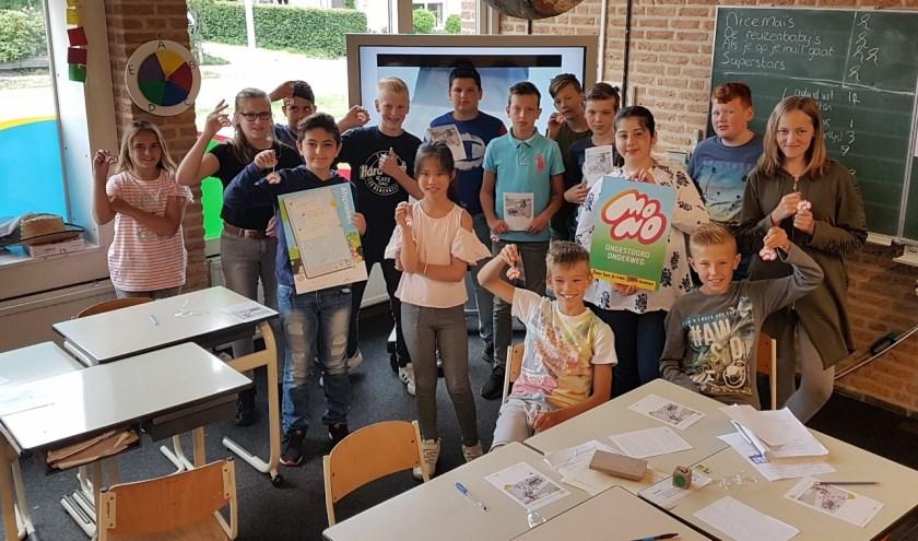 Leerlingen van groep 7/8 van de Nieuwe Wisselseschool ondertekenen een safetydeal.