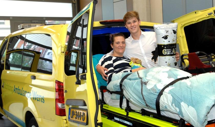 Zoon Kevin was heel blij dat zijn moeder erbij was (Foto: Fred Nijs ©Reinier de Graaf ziekenhuis).