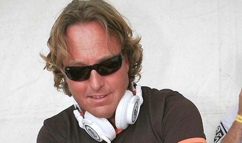 Dj Rob Toonen draait tijdens de beachparty bij de Haarmühle de grootste hits. Foto onder: Dj Timbo.