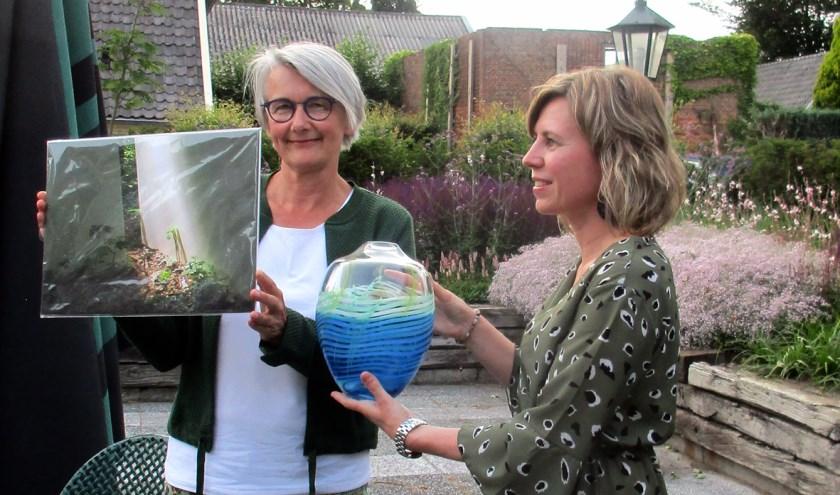"""1e prijs publieksprijs: """"Gezwam"""" van Fieke Jolink. Marielle Freeman overhandigt een vaas op terras van De Gouden Karper. (foto van Hans de Vos)"""