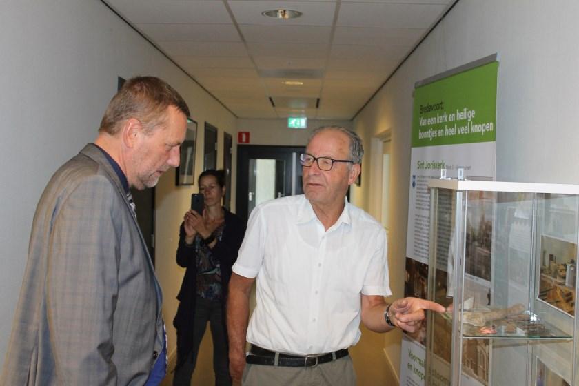 Jos Wessels (rechts) vertelde aan burgemeester Stapelkamp het één en ander over de geschiedenis van Bredevoort.