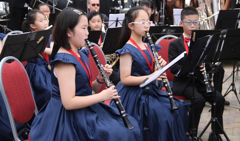 Muzikanten van het Jiang Su Rui Heng Wind Orchestra uit China in actie bij recreatiecentrum De Twee Bruggen (Foto: Lineke Voltman)