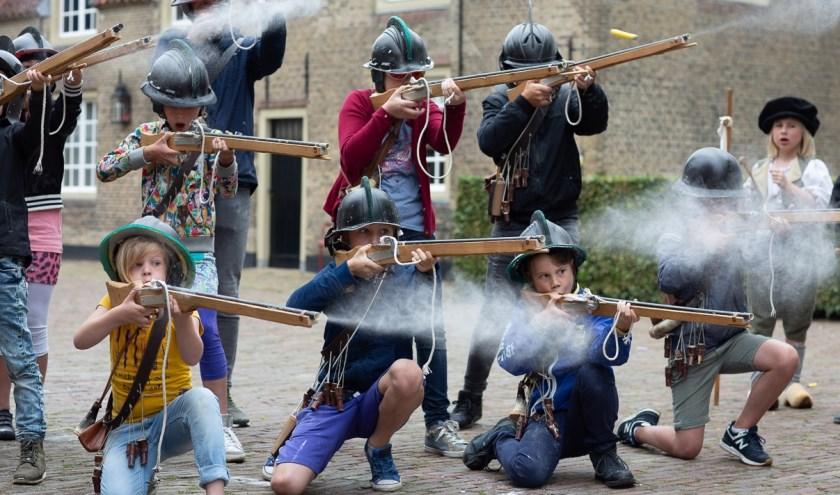 Op 27 en 28 juli en 24 en 25 augustus kunnen kinderen meedoen aan de Soldatenschool op Slot Loevestein.
