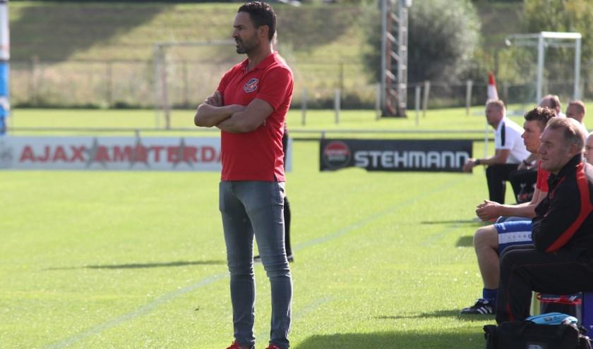 Nabil Bouchlal coachend bij een wedstrijd. Hij legt de lat bij zijn nieuwe club Kerkwijk wat hoger. Wil met de selectie die hij tot zijn beschikking krijgt flink wat plaatsen omhoog.