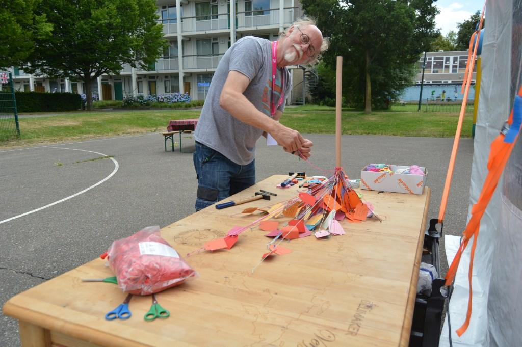 Ook kunstenaar Biek van Galen is actief op de wereldtafel.  © Persgroep