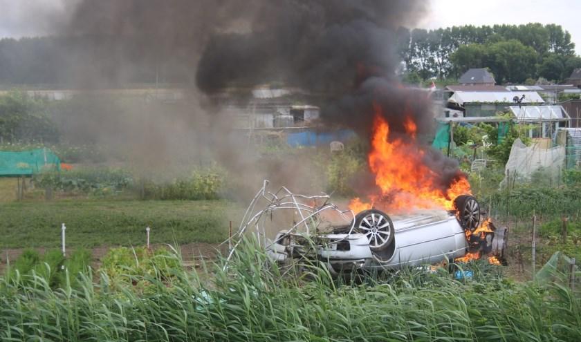 Auto over de kop in Simonshaven. Foto: AS Media