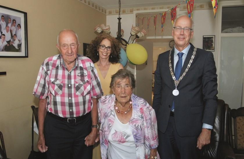 """Bernard en Annie van Beersum met burgemeester Arend van Hout en zijn vrouw. Bernard: """"Zulke aardige mensen."""""""