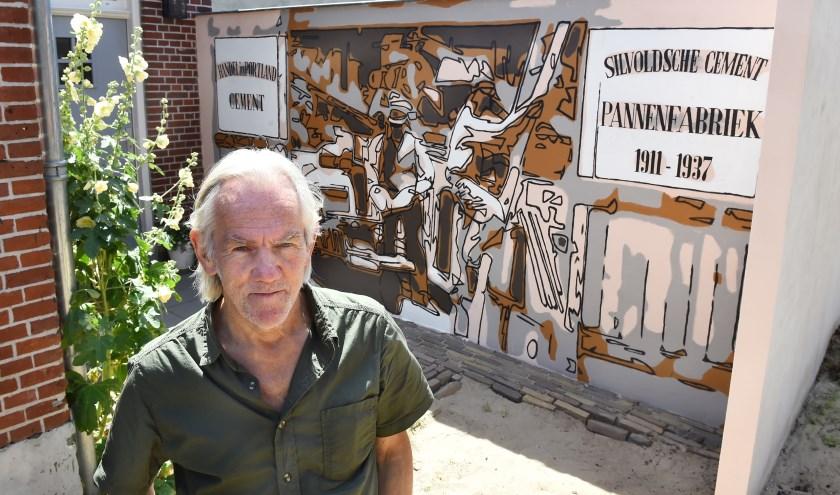 Bert Taken bij zijn muurschildering. (foto: Roel Kleinpenning)