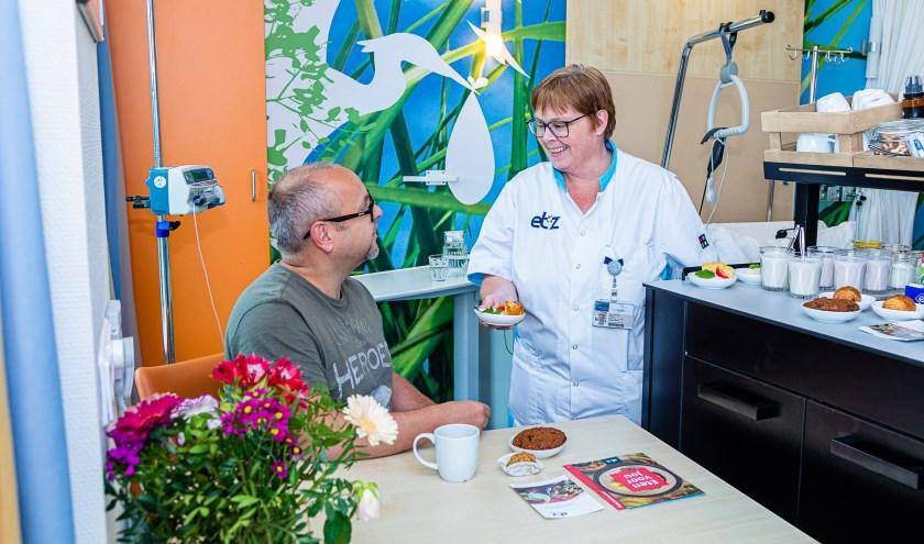 Het ETZ gebruikt eten en drinken om de patiënt uit bed te krijgen en beweging te stimuleren. foto: ETZ Fotografie & Film/Joost Pistorius