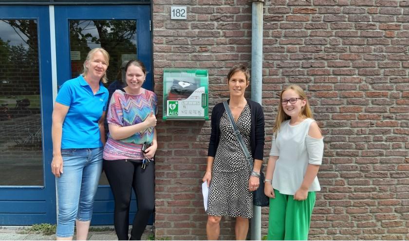 Wasko, Sterk Papendrecht, Tapperij Tijdloos, ouders en leerlingen van De Leilinde zijn blij met de nieuwe AED.