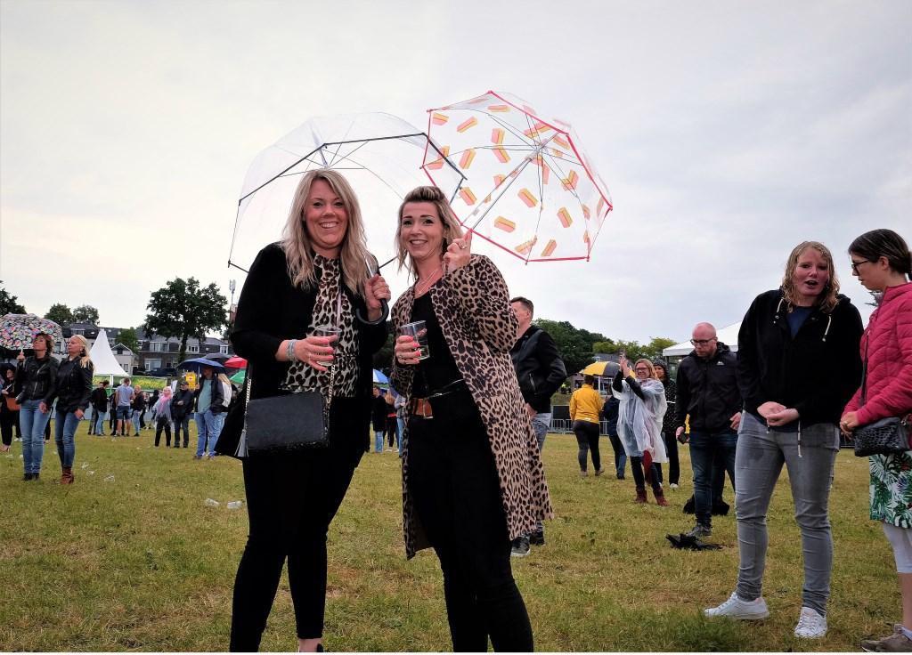 Deze vrouwen uit Rhenen laten zich niet uit het veld slaan door wat regen. (Foto: Max Timons)   © Persgroep