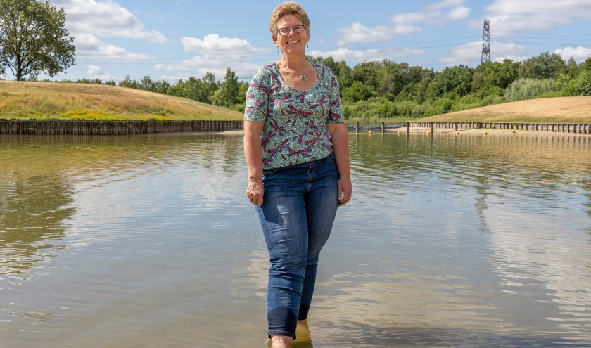 Alberta Groteboer is adviseur waterkwaliteit bij Waterschap Vechtstromen. Hier op Het Lageveld in Wierden is het veilig om te zwemmen. (Foto: Paulien Wilkinson)