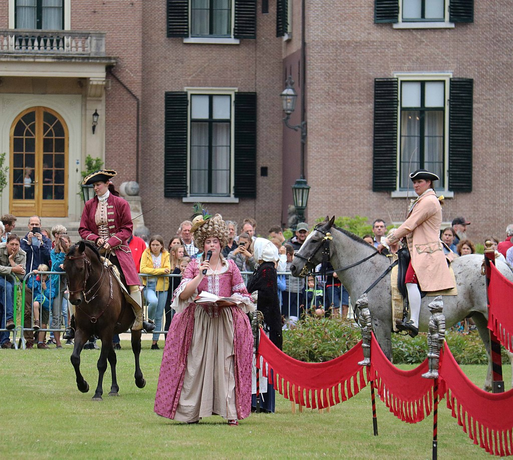 Het publiek keek de ogen uit bij de rijstijl te paard in de barokperiode en kreeg bovendien de kans om de dieren te aaien.  © Persgroep