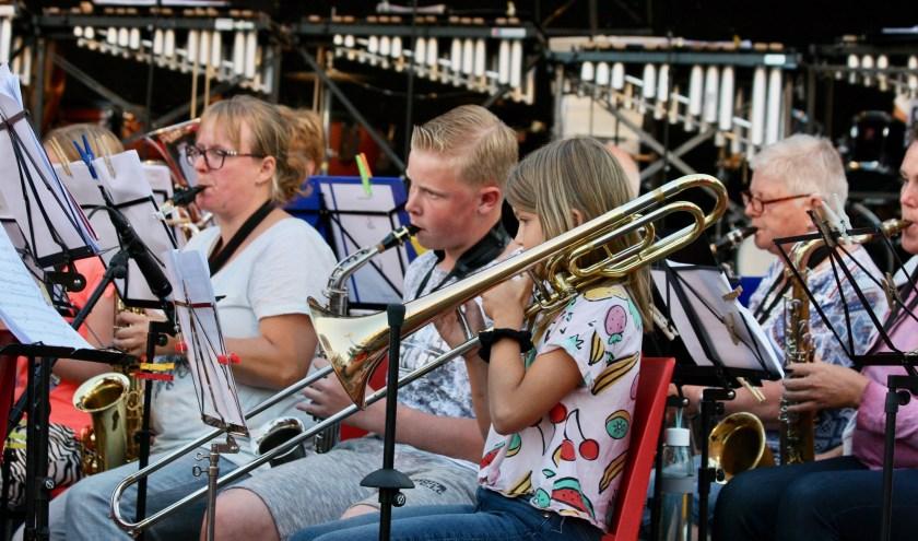 De jeugd speelde op de Zomermarkt ook een eigen repertoire met onder meer een arrangement van Queen.