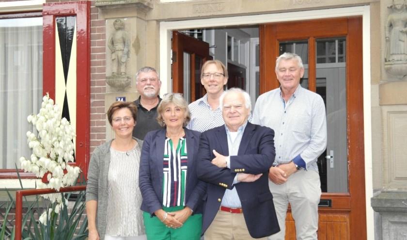 De eerste foto van het nieuwe bestuur, in het midden Rijk van Alfen (boven) en Alice Tjaden (onder) zojuist beëdigd als regent/bestuurslid