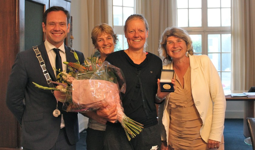 Jacomine Eijkelboom met haar vriendin Marinka van der Zwet, Sjoerd Potters en Madeleine Bakker-Smit tijdens de uitreiking van de Chapeaupenning op het gemeentehuis in Bilthoven. FOTO: Els van Stratum