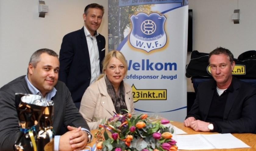 WVF-voorzitter Anton Westenberg (rechts) en manager Lydia Sietsma van 123inkt.nl (midden) ondertekenen het contract. Links Danny van Loon (123inkt.nl) en staand Martijn Hendriksen (WVF).