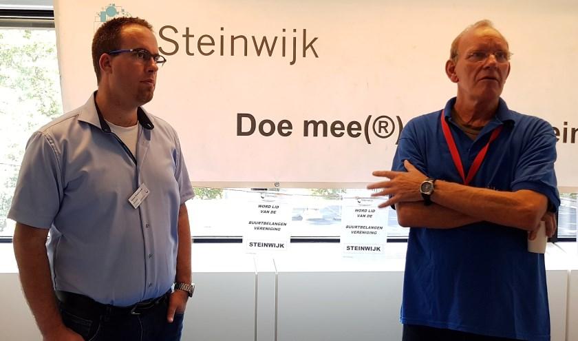 Anton Vierbergen en Arnold Fickweiler van buurtbelangenvereniging Steinwijk staan bezoekers te woord. (Foto: José van der Burg)