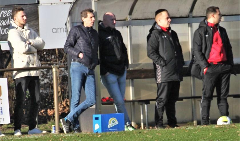 Erik van Esch, tweede van links leunend tegen dug-out, hier nog betrokken bij Berkdijk. Binnenkort keert hij terug bij Vlijmense Boys. Hij gaat op zoek naar een stabiel seizoen. Foto: Wout Pluijmert