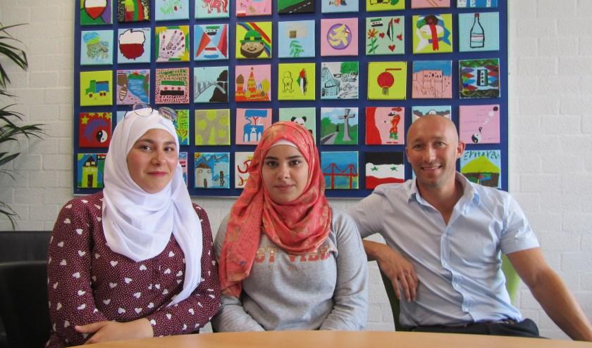 Fatima (l) en Sara Ramadan samen met Bart Verstijnen vestigingsleider Jan van Brabantcollege, vestiging Gasthuisstraat.