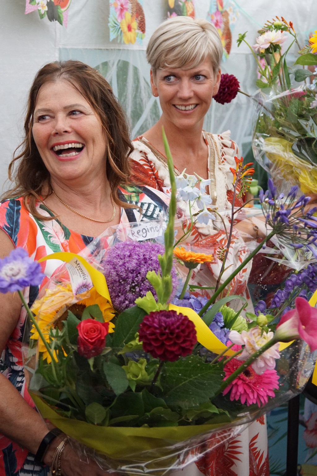 De beide initiatiefneemsters met boeket, Regina van Kampen (links) en Jacqueline Huisman (rechts)  © Persgroep