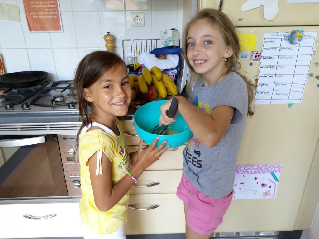 De logees van de familie Schippers vorig jaar, Rebeka Biro en Linda Domokos , vermaakten zich prima met het bakken van wentelteefjes.  © Persgroep