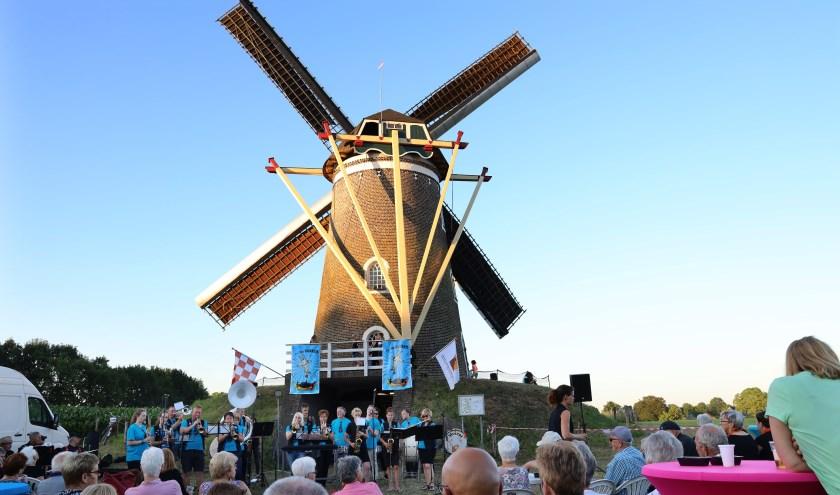 Gezellige live muziek onder de molen in Sint Hubert. (foto Marco van den Broek)