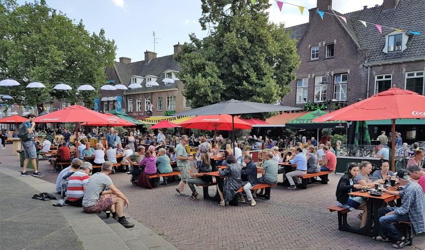 Net als de voorgaande edities kan het publiek aanschuiven bij de grote picknickbanken die op de Markt staan. (foto: Johan Mulder)
