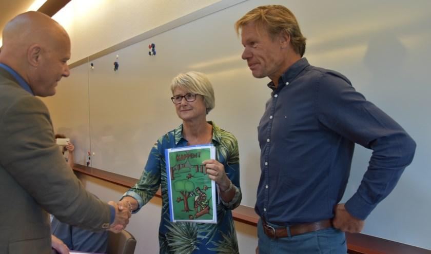 Tineke van der Knaap overhandigd de petitie aan Bert Wijbenga.