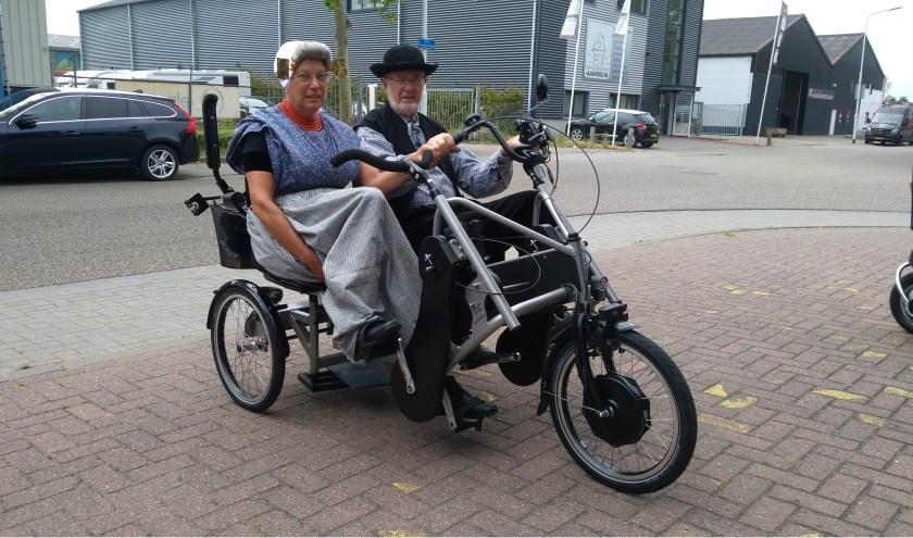Leuntje en Merien proberen de duofiets voor mantelzorgers al eventjes uit. De fiets is in beheer bij KOG Center in Goes en wordt prima onderhouden door mensen uit dagbesteding. FOTO: JOHN DE KOK