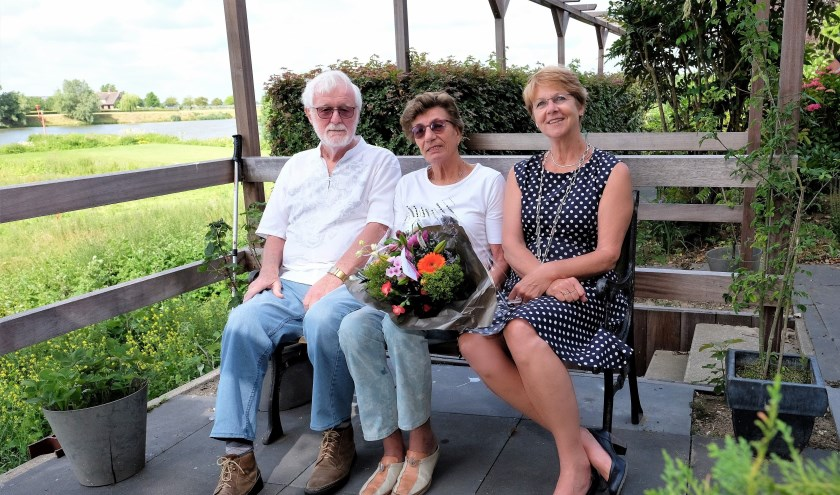 De familieVan Dijken-Geerlings uit Rhenen was 55 jaar getrouwd en kreeg bezoek van loco-burgemeester Simone Veldboer. (Foto: Max Timons)
