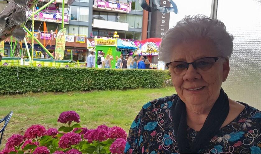 Dina Dusee kijkt vanaf haar terras zo op de kermis aan de Besterdring