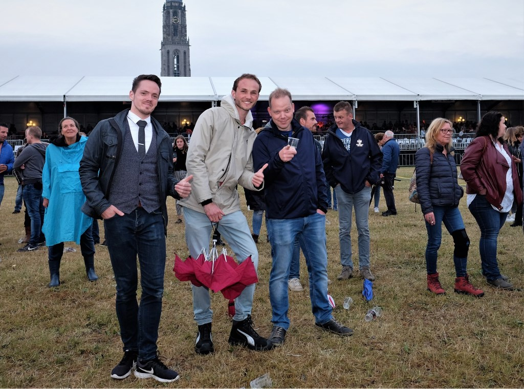 Ivo recht met vrienden op de Rijnweek.  © Persgroep