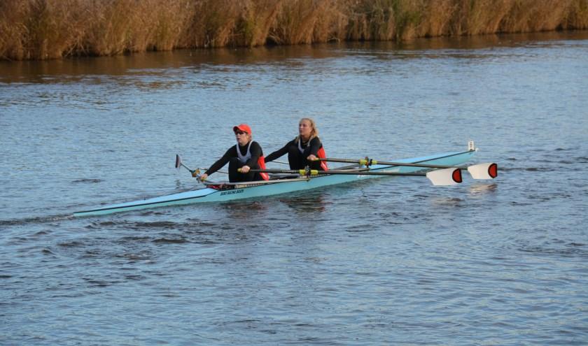 Veronique Schijvenaars (links) en Vera van de Velde in actie tijdens de Suikerrace op de Roosendaalse Vliet.