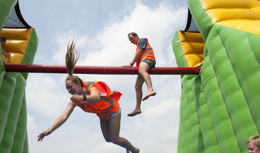 Kiara duikt naar beneden terwijl Casper toekijkt. De speelweek in Hulhuizen biedt vertier voor iedereen. (foto: Ellen Koelewijn)
