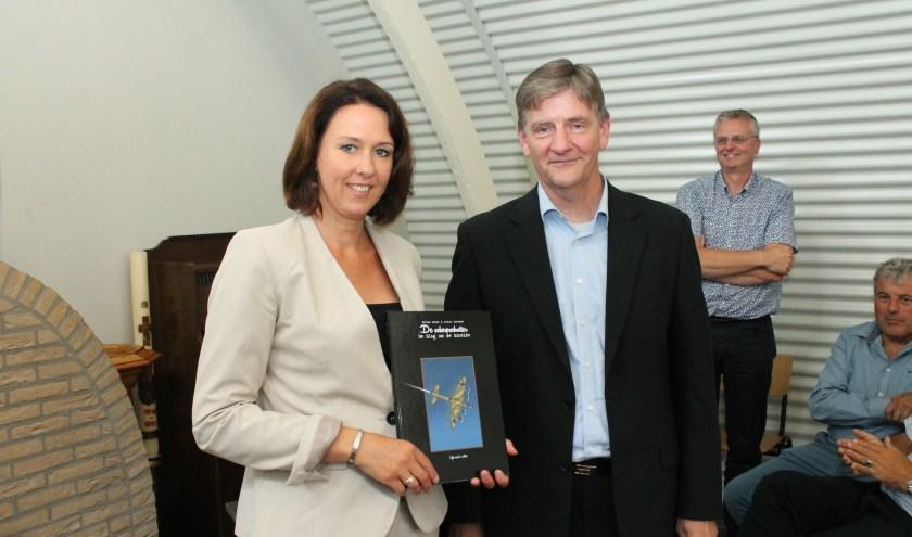 Gedeputeerde Anita Pijpelink kreeg stripboek 'De Scherschutter' uitgereikt door auteur Wim Meijer. FOTO: LEON JANSSENS
