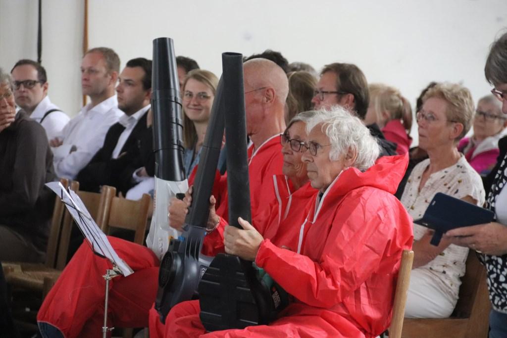 """De """"blad""""blazers hadden een plaats aan de zijkant om zo de muzikanten van Pieter Aafjes en Concordia te ondersteunen. Foto: Theo van Dam © Persgroep"""