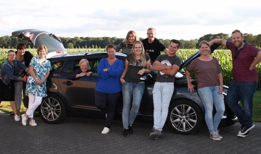 De cast met links souffleuse Marga Huls en tweede van links regisseuse Anita Maarschalkerweerd.