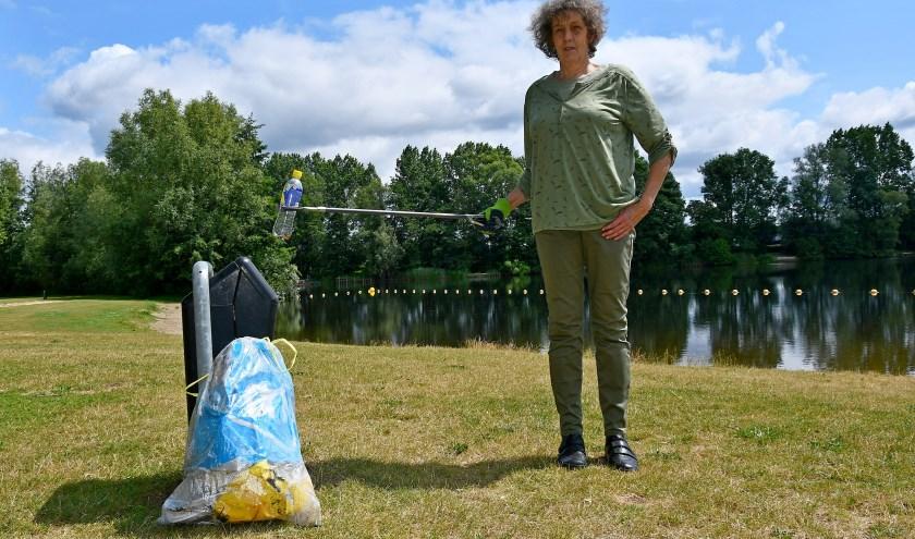 Trix Peters bezoekt al veertig jaar lang bijna dagelijks de Breuly om rommel op te ruimen die bezoekers achterlaten  (foto: Ab Hendriks)