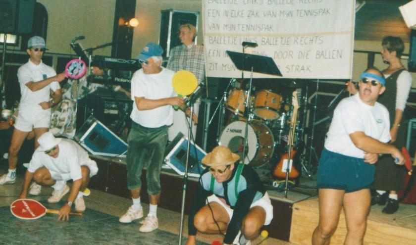 Ter ere van het 25-jarig bestaan van TV Waesbeeck in Waspik voerde een aantal leden een ludiek stukje op over tennissen.
