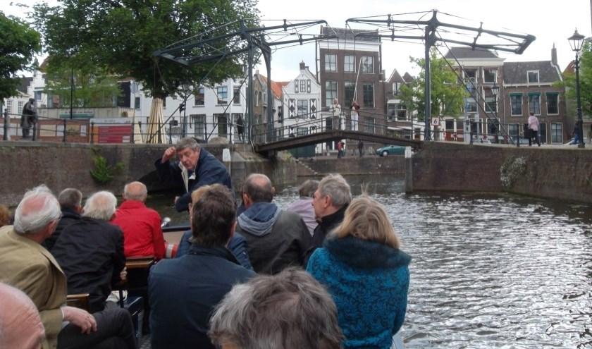 Toeristen op de Fluisterboot in Schiedam.