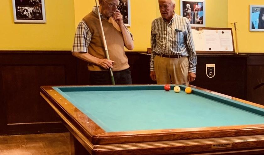 Henk Snoeren (links) bedenkt in Waspik een oplossing voor een moeilijke stoot