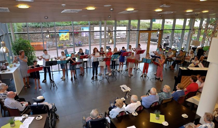 De ouderen luisterden vol aandacht naar de jonge fluististen. (Foto: Max Timons)
