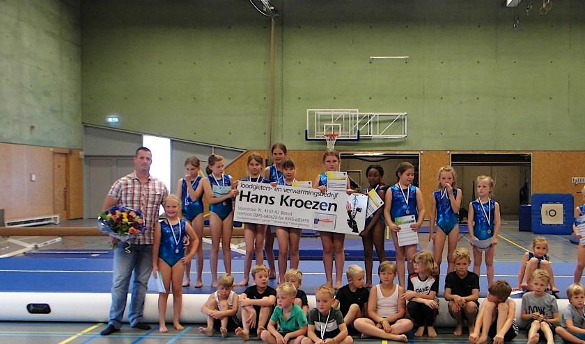Hans Kroezen met de meiden in het nieuwe turnpak