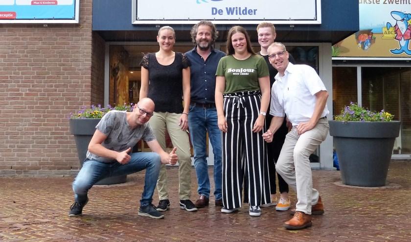Gerben Oltwater, Manon van der Keur, Michael Morsink, Bente Hendriksen, Wout Wilens en Jan Kuipers (vlnr) zijn druk met de voorbereidingen van een feest ter ere van vijftig jaar Zwemvereniging Scholtenhagen.
