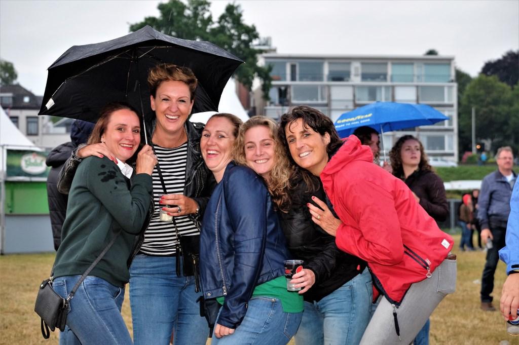 5 uitgelaten vriendinnen van Rhenense boodem  © Persgroep